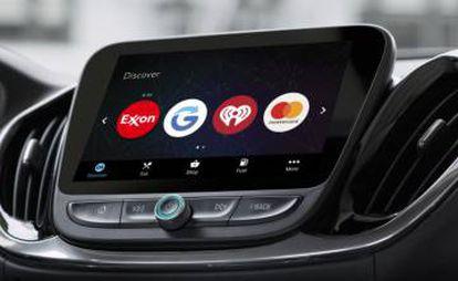 Pantalla de abordo de un coche con la aplicación de pago de Mastercard integrada.