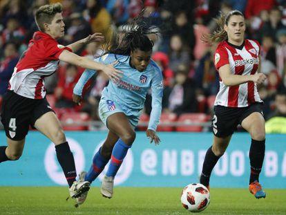 GRAF8247. BILBAO, 30/01/2019.- La jugadora del Athletic de Bilbao Garazi ( disputa un balón con la jugadora del Atlético de Madrid Ludmila en el partido de cuartos de final de la Copa de la Reina.