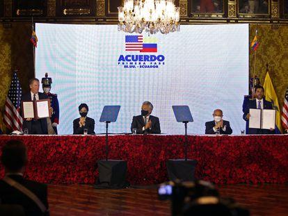 Firma del acuerdo entre Estados Unidos y Ecuador, en Quito, el 8 de diciembre.
