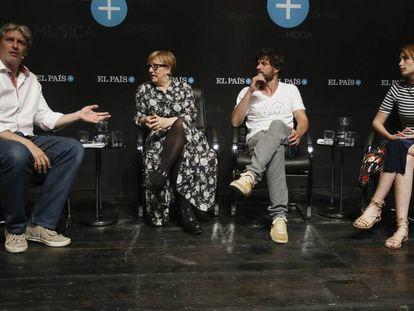 Los dos actores y la directora con Gregorio Belinchón en el encuentro.