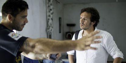 Jose Maria Gonzalez, a la derecha, escucha a un vecino sus problemas con la vivienda.