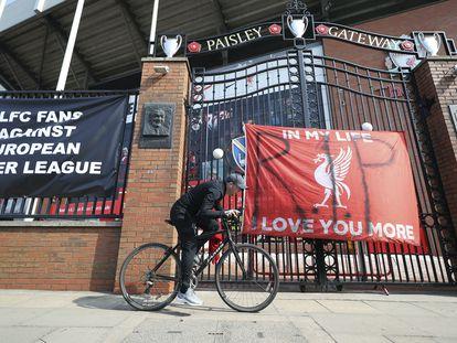 Pancartas contra la Superliga en Anfield, el estadio del Liverpool.