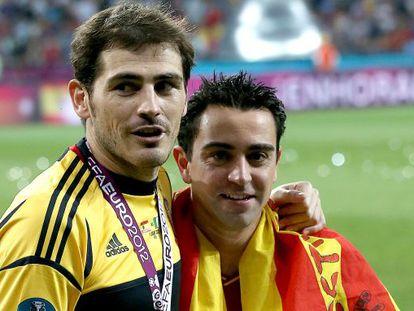 Casillas y Xavi, con el trofeo de la Eurocopa.