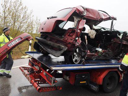 Una grúa retira un vehículo accidentado en la N-II, el pasado 26 de marzo.
