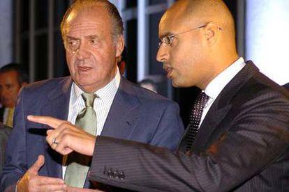 El Rey atiende las explicaciones de Saif el Islam Gaddafi durante el recorrido por la exposición <i>El desierto no es silencio,</i> en el Jardín Botánico.