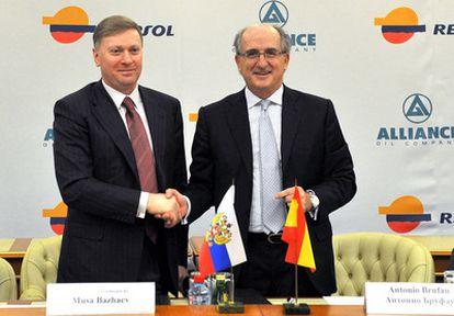 El Presidente Ejecutivo de Repsol, Antonio Brufau (derecha) y el Presidente de Alliance Group, Musa Bazhaev, durante la firma del acuerdo.