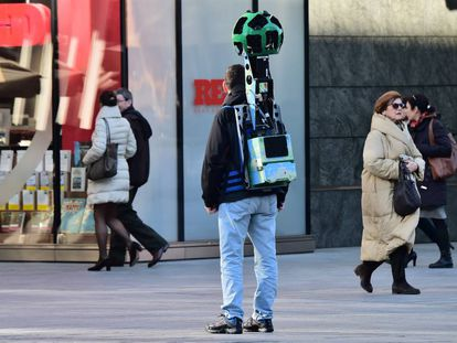 Daniele Rizzetto camina con una mochila Google Street View por Milan.
