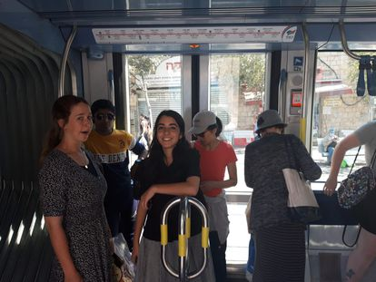 Usuarias del tranvía de Jerusalén el pasado viernes.