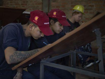 Alumnos del taller de albañilería de la Escuela Taller de Asunción, financiada por la Cooperación Española.