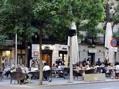 Terrazas en la plaza de Olavide de Madrid, durante el cuarto día de la fase 1.