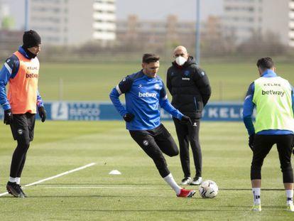 Abelardo observa a Lucas Pérez durante un entrenamiento del Alavés.