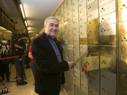 Vicente Molina Foix, ayer ante la caja del Instituto Cervantes.