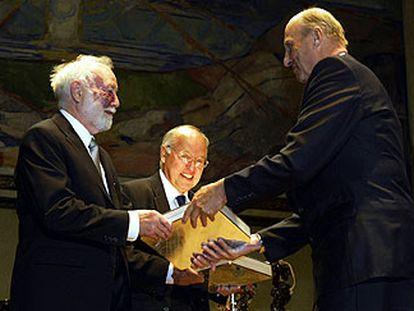 Isadore Singer (izquierda) y Michael Atiya reciben el premio de manos del rey Harald de Noruega.