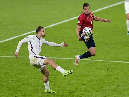 Jack Grealish pelea por el balón con Tomas Holes en el partido contra la República Checa.