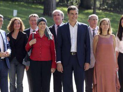 El candidato del PSOE a la presidencia del Gobierno, Pedro Sánchez, posa junto a algunos miembros de la Ejecutiva Federal y expertos.
