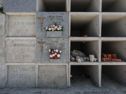 Nichos construidos en San Martín de Valdeiglesias durante la pandemia para paliar la falta de espacio en el cementerio, este septiembre.