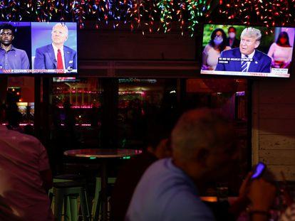 Un restaurante en Tampa (Florida) con la transmisión de los dos eventos de los candidatos a la presidencia de EE UU.