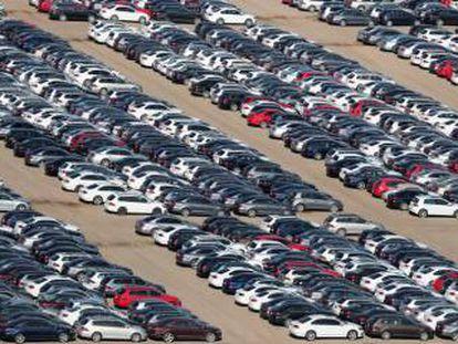 Coches de Volkswagen y Audi listos para su distribución desde Victorville, en el Estado de California.
