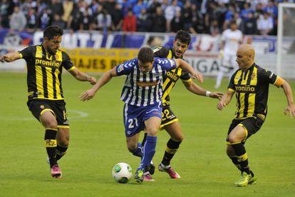El alavesista Laborda pelea con varios jugadores del Zaragoza. Movilla, a la drecha.
