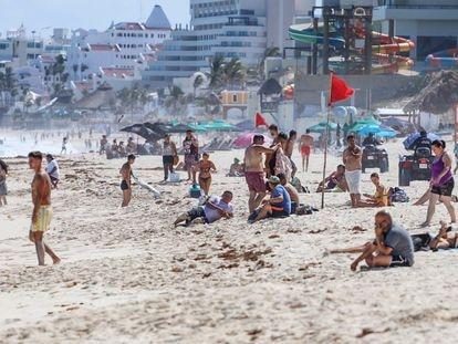 Decenas de turistas en Playa Delfines, en Cancún, el pasado 13 de marzo.