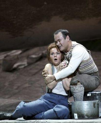 Aleksandra Kurzak y Javier Camarena, en un ensayo en el Real de 'La hija del regimiento'.