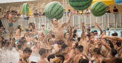 Decenas de jóvenes disfrutan de la piscina en el segundo día de la fiestas de bienvenida del festival Arenal Sound.