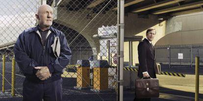 Jonathan Banks (a la izquierda) y Bob Odenkirk, en una imagen promocional de 'Better Call Saul'.