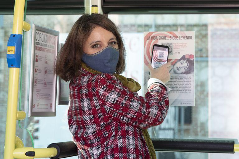 Andrea Levy, en la presentación de la campaña de promoción de libros 'La Vida Sigue… sigue leyendo' en los autobuses de la Empresa Municipal de Transportes.
