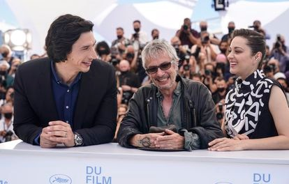 Actors Adam Driver (right) and Marion Cotillard (left) with director Leos Carax at the Cannes presentation of 'Annette'.
