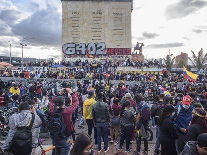 Multitud de personas, en su mayoría jóvenes, frente al monumento a los Héroes, en Bogotá.