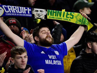 Un aficionado luce una bufanda en recuerdo de Emiliano Sala, el sábado en Cardiff. En vídeo, el encuentro de los restos del avión donde viajaba el jugador.