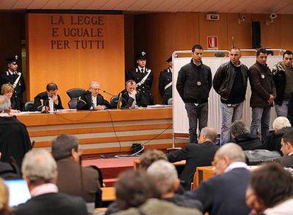 Los jueces de un tribunal de Turín oyen las declaraciones del mafioso arrepentido Gaspare Spatuzza desde detrás de un biombo