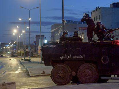 Miembros de la Guardia Nacional  estacionan su vehículo en una calle de la capital de Túnez, durante los disturbios registrados la noche del domingo 17 de enero.