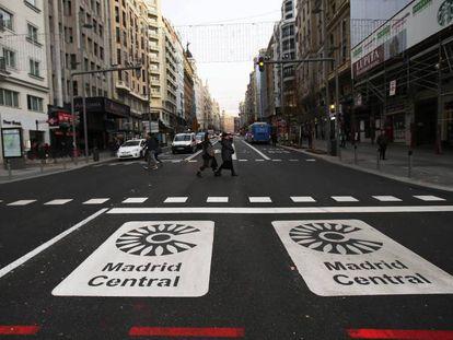 Dos señales de entrada a Madrid Central en la Gran Vía madrileña.
