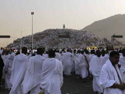 Musulmanes llegan en peregrinación al monte de Arafat, cerca de La Meca.