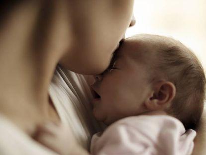 Una madre consuela a su bebé.