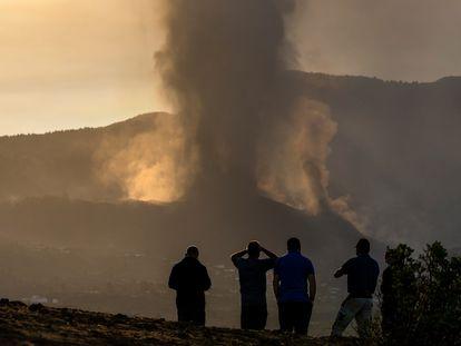 Residentes de La Palma observan la erupción del volcán de la isla.(AP Photo/Emilio Morenatti)