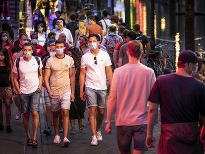 Varios ciudadanos pasean por el centro de Ámsterdam, este fin de semana.