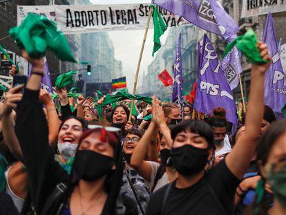 Varias mujeres celebran en las calles de Buenos Aires después de que la Cámara de Diputados de Argentina aprobara un proyecto de ley que permite acceder libre y legalmente al aborto.