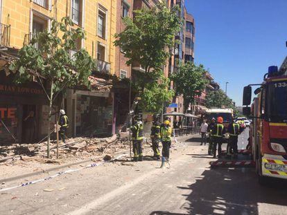 Desalojado el edificio del que se ha desprendido una cornisa y que ha causado tres heridos
