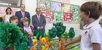 El consejero Rafael Van Grieken visita el colegio público Santo Domingo.