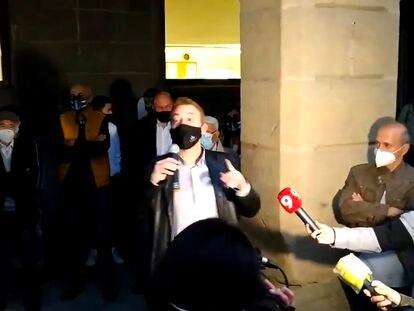 Captura de video en la que el dimitido alcalde de  Manlleu, Àlex Garrido, se dirige a las personas concentradas ante el ayuntamiento para mostrarle su apoyo.