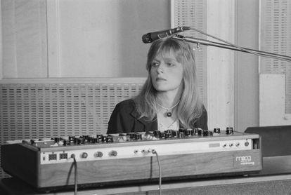 Linda McCartney en los estudios Abbey Road (Londres) grabando el disco de Wings 'Venus And Mars' en 1974.