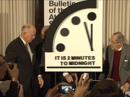 Integrantes del Boletín de Científicos Atómicos muestran este jueves el simbólico Reloj del Apocalipsis.
