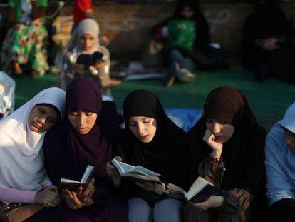 Partidarios de los Hermanos Musulmanes leen el Corán en la plaza de Rabaa al Adawiya el pasado 10 de julio.
