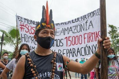 Presentación de 15.000 firmas en apoyo a las víctimas del vertido para pedir la reparación a los jueces de la Corte Provincial de Justicia de Orellana, el 20 de diciembre del año pasado.