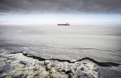 Un carguero rompehielos que cubre la ruta entre Murmansk y Dudinka, en el Ártico.