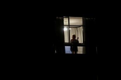 Una mujer asomada a su balcón, en Buenos Aires, en medio de la cuarentena obligatoria.