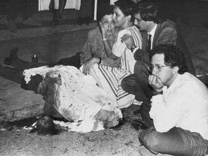 Héctor Abad Faciolince, con la mano en la barbilla, junto al cadáver de su padre, Héctor Abad Gómez, asesinado en Medellín el 25 de agosto de 1987.