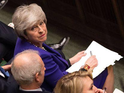 La primera ministra de Reino Unido, Theresa May, escucha una pregunta durante la sesión de control de la Cámara de los Comunes del pasado miércoles